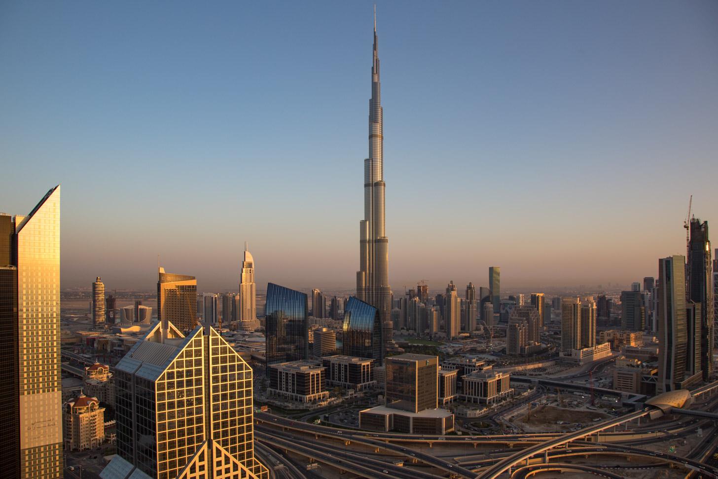 Uitzicht op Burj Khalifa en Downtown Dubai tegen zonsondergang.