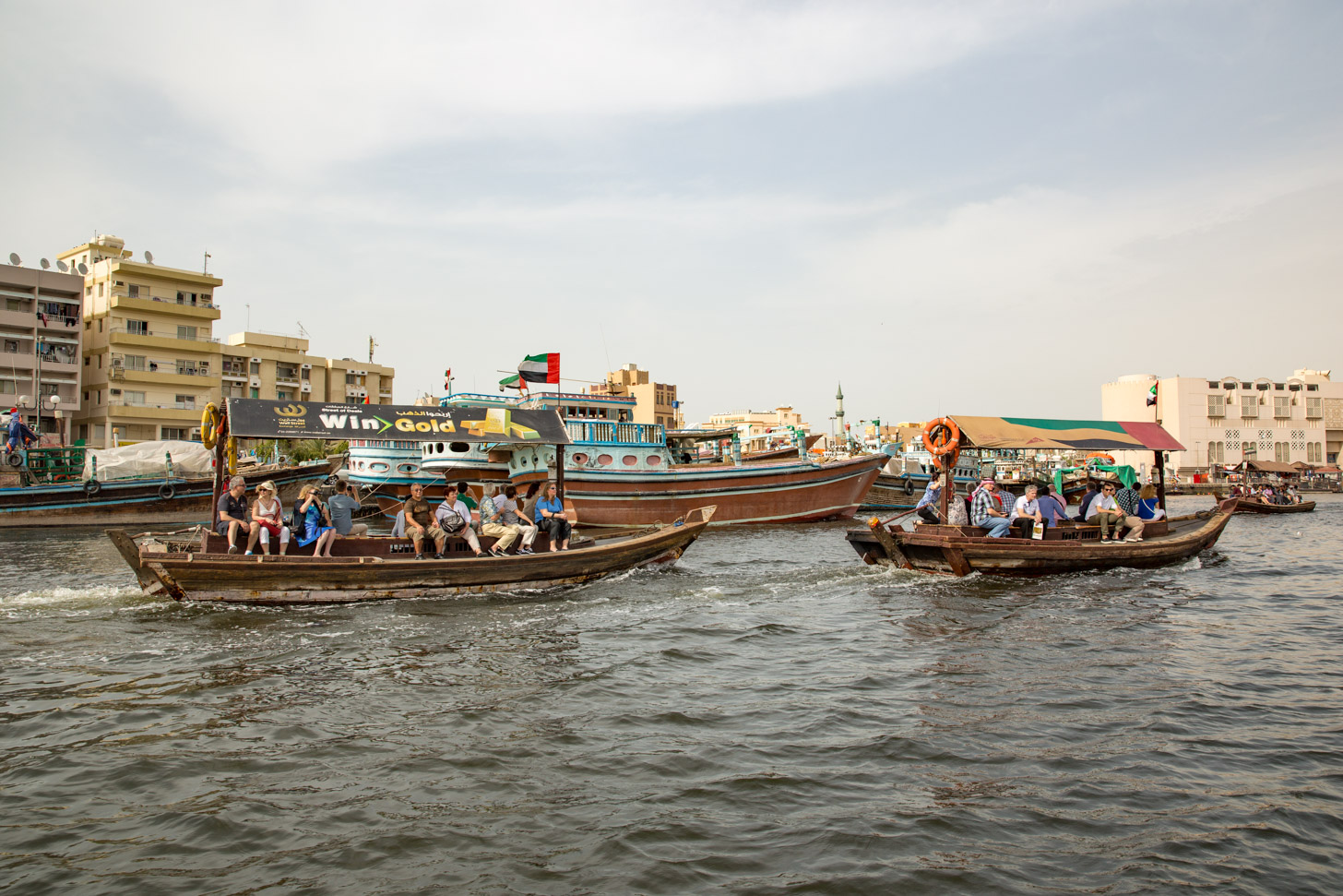 Traditionele abra's en dhows op de Dubai Creek