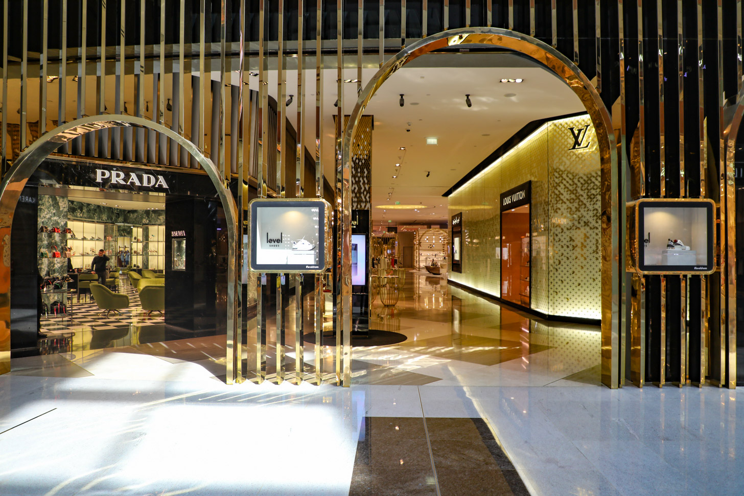 Prada en Louis Vuitton winkels in de Dubai Mall