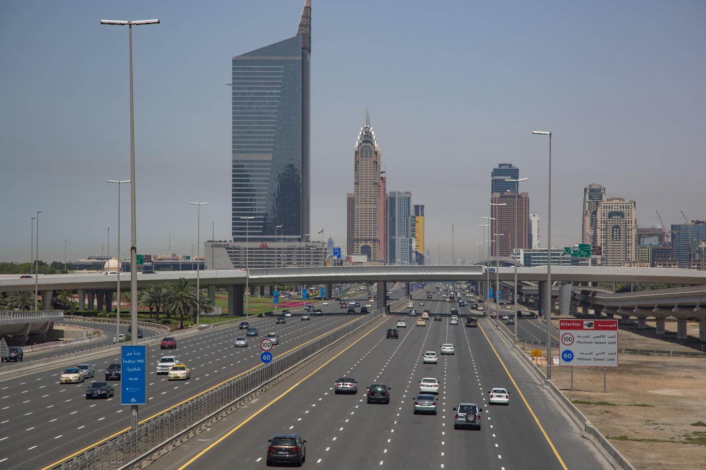 De Sheikh Zayed Road is een belangrijke verkeersader in Dubai