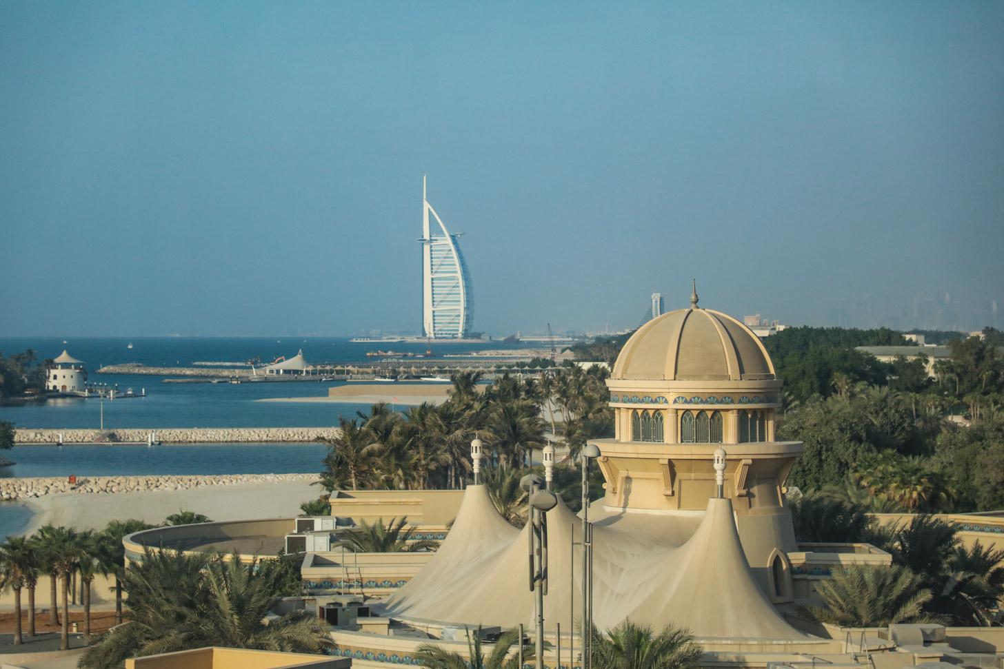 Uitzicht op Dubai vanuit de Palm Jumeirah Monorail