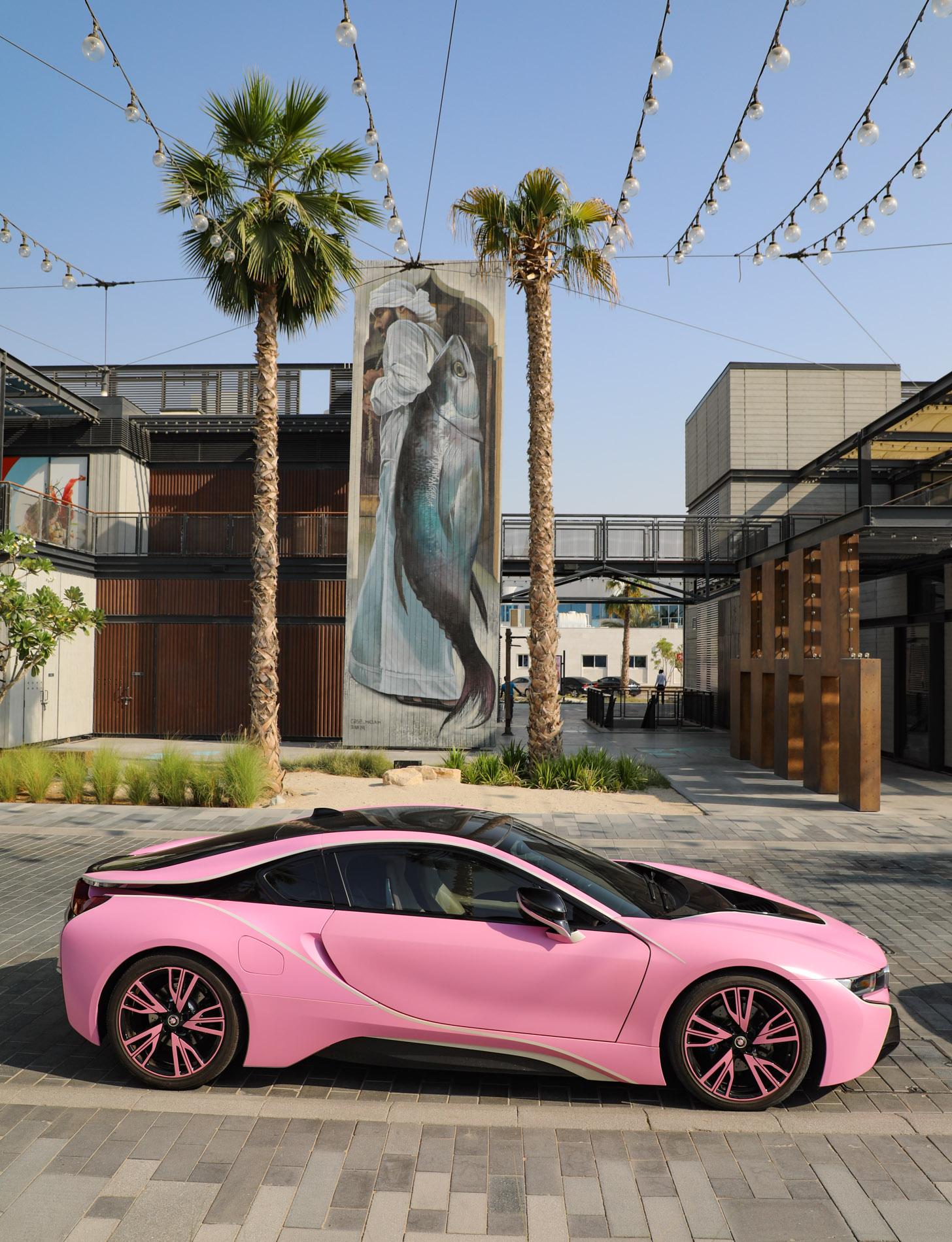 Bijna alle soorten auto's zijn te huur in Dubai, zoals deze roze BMW i8