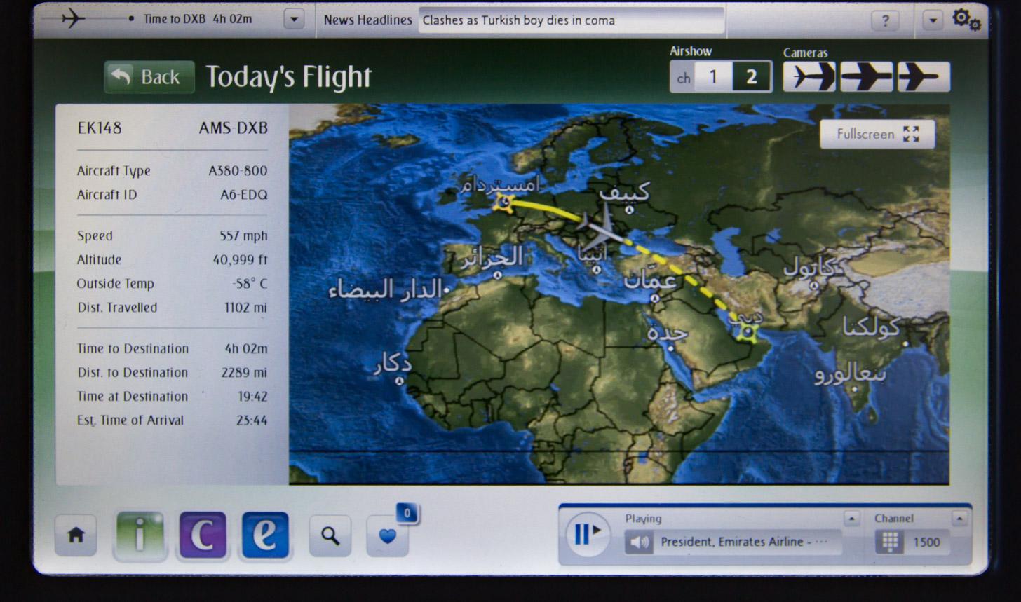 Beeldscherm met vluchtinformatie over Emirates vlucht van Amsterdam naar Dubai
